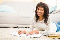 Donna sorridente che lavora al pavimento Immagine Stock
