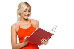 Donna sorridente che legge un libro Immagine Stock Libera da Diritti