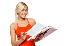Donna sorridente che legge un libro Immagini Stock Libere da Diritti