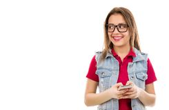 Donna sorridente che manda un sms sullo smartphone fotografia stock