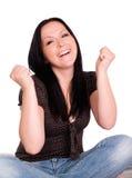 Donna sorridente che mantiene le sue barrette attraversate fotografia stock