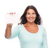 Donna sorridente che mostra la carta di regalo Fotografia Stock