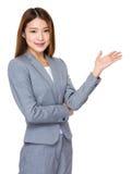 Donna sorridente che mostra lo spazio della copia per il prodotto Fotografia Stock