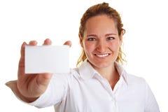 Donna sorridente che mostra un vuoto Immagine Stock