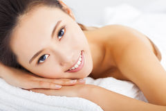 donna sorridente che ottiene trattamento della stazione termale sopra fondo bianco Immagini Stock