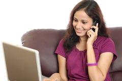 Donna sorridente che parla sul cellulare Immagine Stock
