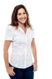 Donna sorridente che posa nello stile Fotografia Stock