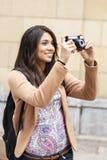 Donna sorridente che prende le immagini. Fotografie Stock