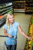Donna sorridente che prende limone Fotografia Stock