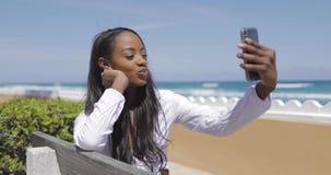 Donna sorridente che prende selfie sul banco archivi video