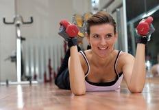 Donna sorridente che si esercita con i pesi Fotografia Stock Libera da Diritti