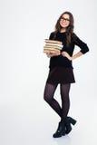 Donna sorridente che sta con i libri Fotografia Stock
