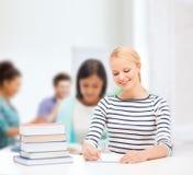 Donna sorridente che studia nell'istituto universitario Fotografia Stock