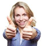 Donna sorridente che tiene due pollici in su Fotografia Stock Libera da Diritti