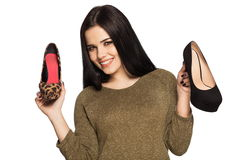 Donna sorridente che tiene due scarpe in sue mani Immagine Stock Libera da Diritti