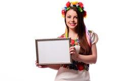 Donna sorridente che tiene il bordo bianco del segno nel nationa ucraino immagini stock libere da diritti