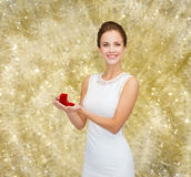 Donna sorridente che tiene il contenitore di regalo rosso con l'anello Immagini Stock Libere da Diritti