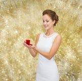 Donna sorridente che tiene il contenitore di regalo rosso con l'anello Fotografie Stock Libere da Diritti