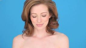 Donna sorridente che tiene scatola in forma di cuore Fotografia Stock