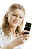 Donna sorridente che tiene telefono mobile Fotografia Stock Libera da Diritti