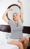Donna sorridente con capelli lunghi che si svegliano Immagini Stock Libere da Diritti