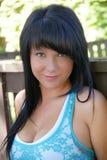 Donna sorridente con capelli lunghi neri diritti Fotografia Stock