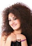 Donna sorridente con capelli ricci pazzeschi Fotografie Stock Libere da Diritti