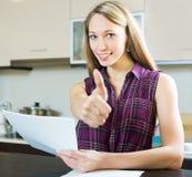 Donna sorridente con i documenti Immagine Stock Libera da Diritti