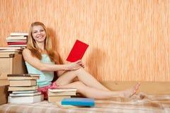 Donna sorridente con i libri Immagini Stock