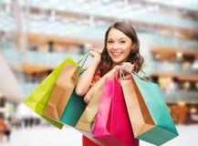 Donna sorridente con i sacchetti della spesa variopinti Fotografia Stock Libera da Diritti