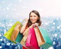 Donna sorridente con i sacchetti della spesa variopinti Immagini Stock Libere da Diritti