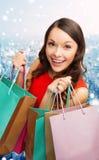Donna sorridente con i sacchetti della spesa variopinti Fotografie Stock