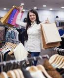 Donna sorridente con i sacchetti di acquisto Immagini Stock Libere da Diritti