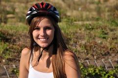 Donna sorridente con il casco Fotografie Stock