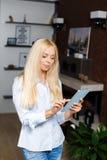 Donna sorridente con il computer della compressa Immagine Stock