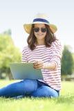 Donna sorridente con il computer portatile all'aperto Immagini Stock Libere da Diritti