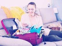 Donna sorridente con il computer portatile, pagante dalla carta di credito Immagine Stock