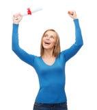 Donna sorridente con il diploma Fotografie Stock Libere da Diritti