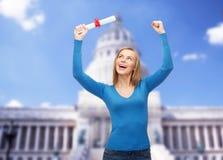 Donna sorridente con il diploma Immagini Stock Libere da Diritti