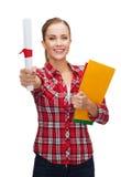 Donna sorridente con il diploma e le cartelle Immagini Stock Libere da Diritti