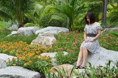 Donna sorridente con il fiore Fotografia Stock Libera da Diritti