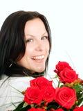 Donna sorridente con il mazzo dei fiori fotografia stock