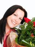 Donna sorridente con il mazzo dei fiori immagine stock libera da diritti