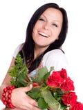 Donna sorridente con il mazzo delle rose immagine stock