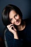 Donna sorridente con il mobile Fotografia Stock
