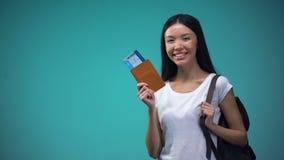 Donna sorridente con il passaporto con i biglietti, turismo, vacanza di rappresentazione dello zaino video d archivio