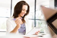 Donna sorridente con il pc del ridurre in pani Fotografie Stock