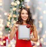 Donna sorridente con il pc del ridurre in pani Fotografie Stock Libere da Diritti