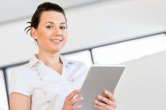 Donna sorridente con il pc del ridurre in pani Immagini Stock