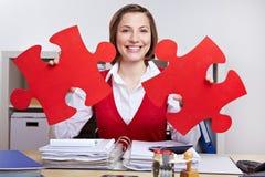Donna sorridente con il puzzle di puzzle Immagini Stock